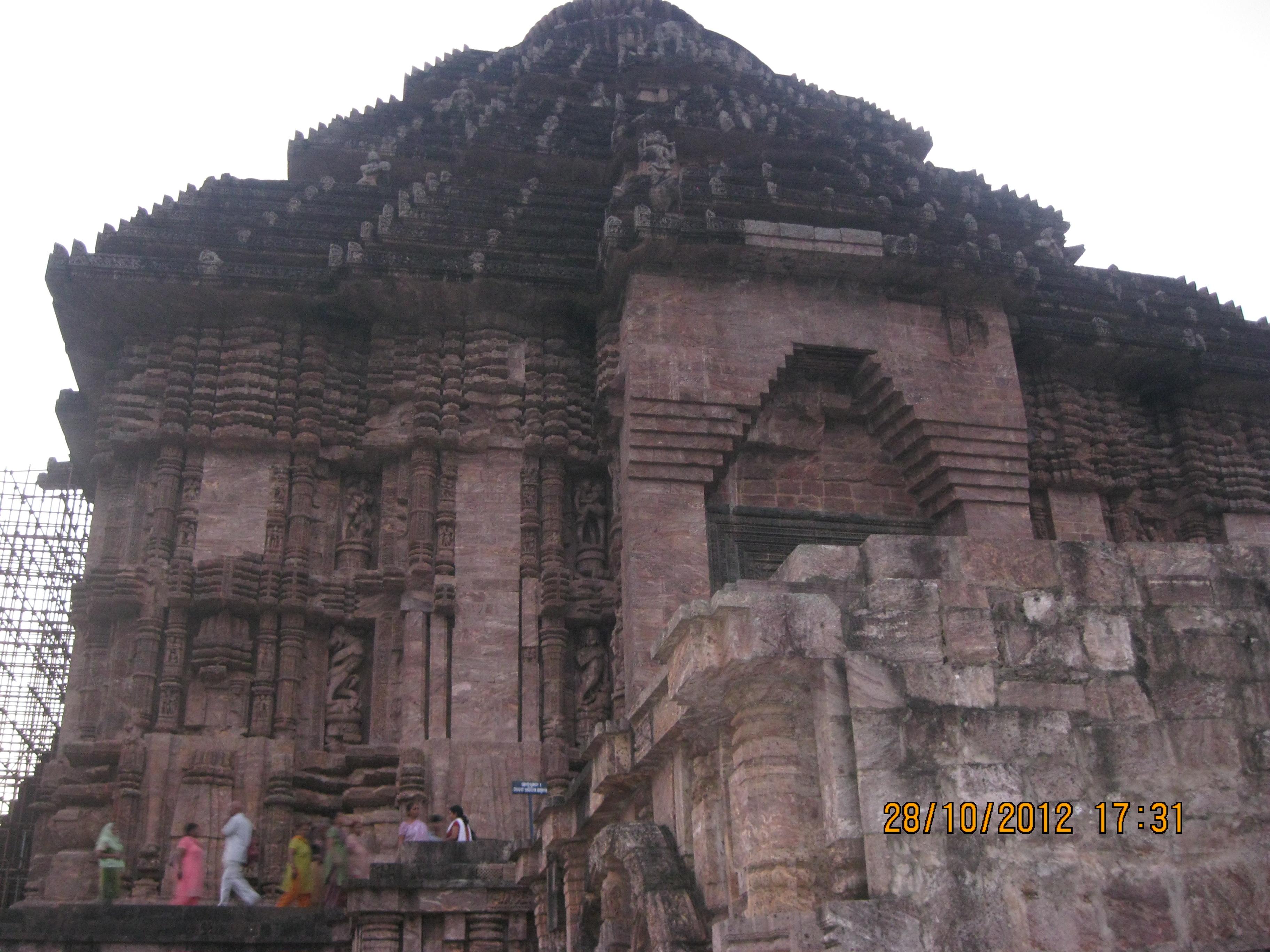 essay about konark temple Gomateshwara, harmandir sahib (golden temple), taj mahal, hampi, konark  sun temple, nalanda and khajuraho all of these seven wonders are located in .