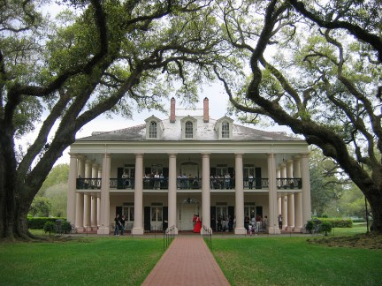 An example of an Anglo-American style plantation house.  Oak Alley Plantation, Vachérie, St. James Parish, Luisiana.