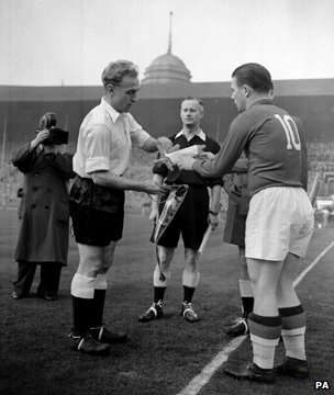 Captains Billy Wright and Ferenc Puskas. Source: hungarytoday.hu