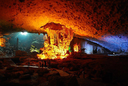 LIMESTONE CAVE INTERIORS CARVED BY NATURE halong