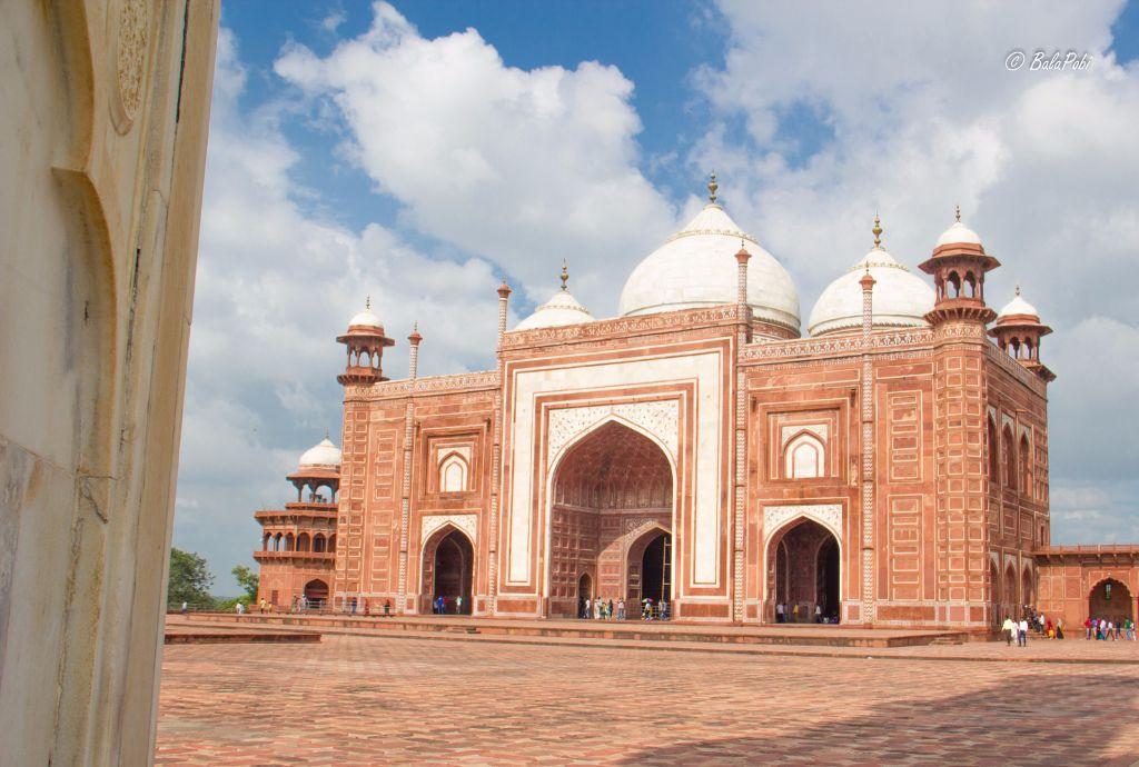mosque in taj mahal