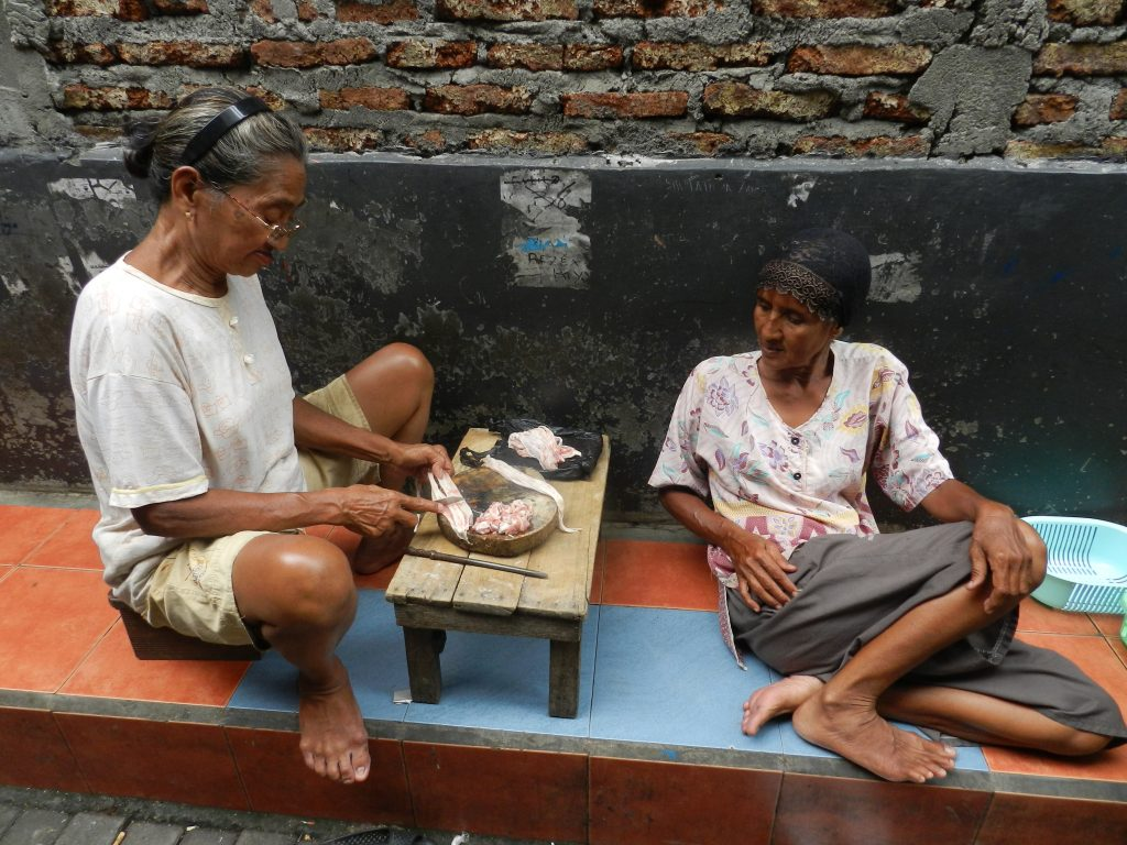 The women p reparing the mix spices for gulai