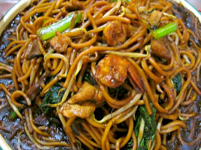Typical 'Indian-Chinese' chowmein found anywhere on the streets of Kolkata. Credit: Wikimedia Commons