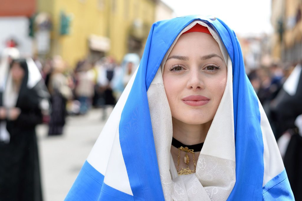 A Sardinian woman in traditional attire. Photo credit: http://vmphoto.blog.tiscali.it
