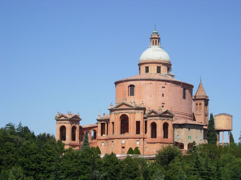 The spectacular view of the Vergin Mary Sancuty rewards patient pilgrims that manage to reach the top of the San Luca's hill. Photo credit: Wikimedia Commons