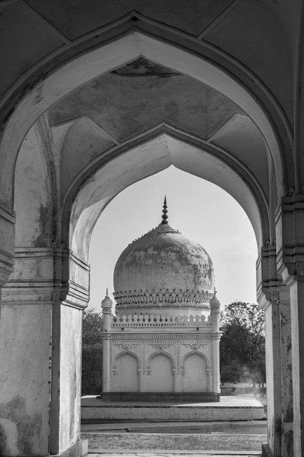 The archway in Qutb Shahi Tombs Source: By Mohammed Mubashir -https://commons.wikimedia.org/w/index.php?curid=48521888