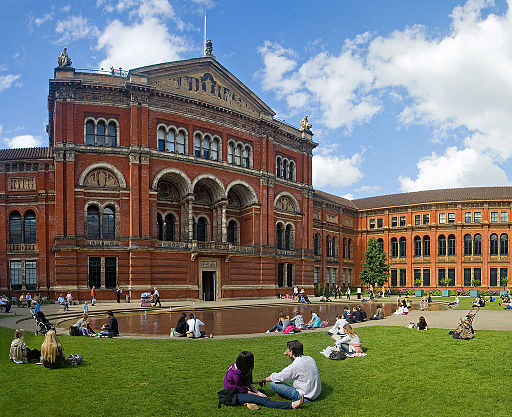 English: The central garden of the Victoria and Albert Museum in London, United Kingdom. Source: Aqwis from Wiki Commons